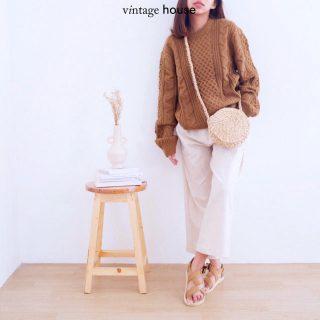 Holaa! @vintagehouse_id baru saja rilis produk baru, namanya Oza Middle Circle Sweater! - Oza punya beberapa pattern yang saling bersebelahan satu sama lain, tapi tetep terlihat simple. - Tersedia dalam warna Peanut, Broken White, Red Chilli, Red Bean, dan Green Pine yang bisa kamu checkout sekarang juga! - Shopee: vintagehouseindonesia Tokopedia: vintagehouseindonesia WhatsApp: +62 821 16684949 - #VintageHouseID #ProudlyGrateful